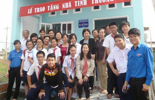 Thầy Minh (bìa trái) và học sinh trường THCS Trần Văn Ơn trong một hoạt động xã hội. Ảnh: Tư liệu THCS Trần Văn Ơn.
