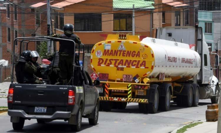 Lực lượng an ninh Bolivia hộ tống các xe chở nhiên liệu rời khỏi nhà máy Senkata ởngoại ô thủ đô La Paz hôm 19/11. Ảnh: AFP.
