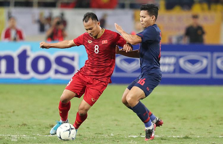 Trọng Hoàng (trái) là cầu thủ Việt Nam đầu tiên bị treo giò ở vòng loại World Cup 2022. Ảnh: Đức Đồng.
