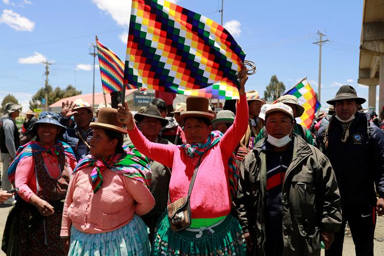 Những người ủng hộ cựu tổng thống Morales biểu tình ở El Alto, ngoại ô thủ đô La Paz, Bolivia hôm 17/11. Ảnh: Reuters.