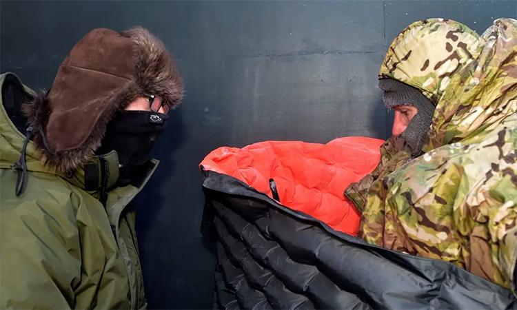 Trung sĩ kỹ thuật Garret Wright (trái) theo dõi tình trạng của trung tá James Christensen trong cuộc thử nghiệm bộ dụng cụ sinh tồn vùng cực tại Fairbanks, Alaska ngày 5/11. Ảnh: US Air Force.