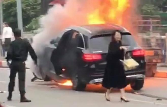 Chiếc xe bốc cháy sau khi đâm vào ba xe máy. Ảnhcắt từ video.