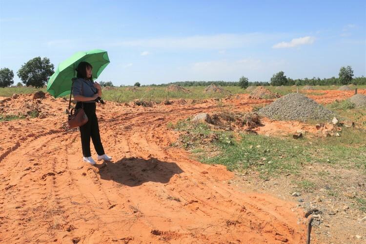 Chị Vy đi thăm đất, phát hiện đường sá trong khu đất nền ở thôn 7 Hàm Đức đã bị ủi bỏ. Ảnh: Việt Quốc