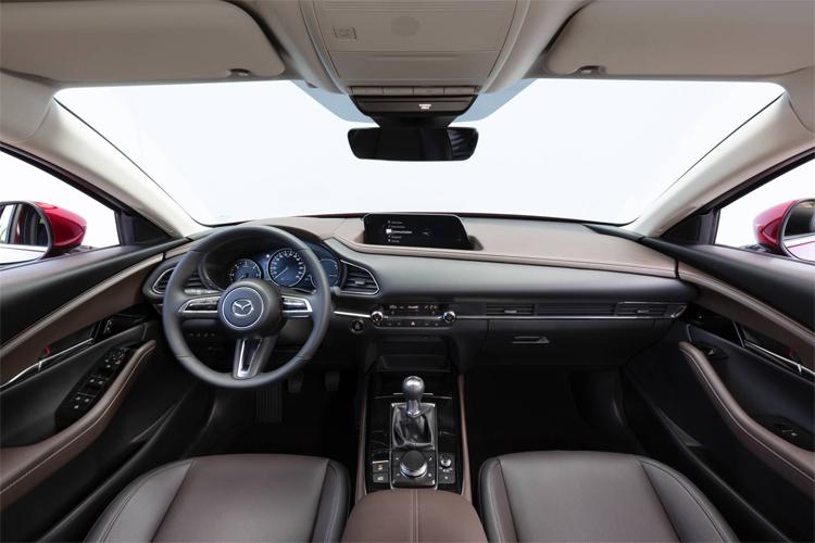 CX-30 với nội thất bọc da, bản cao cấp nhất có hiển thị thông tin trên kính chắn gió. Ảnh: Mazda