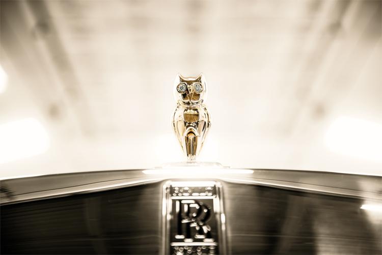 Con cú bằng vàng và mắt gắn kim cương thay cho biểu tượng Spirit of Ecstasy.