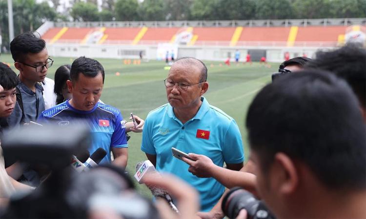 HLV Park trả lời phỏng vấn báo chívào chiều ngày 21/11. Ảnh: Hữu Nhơn.
