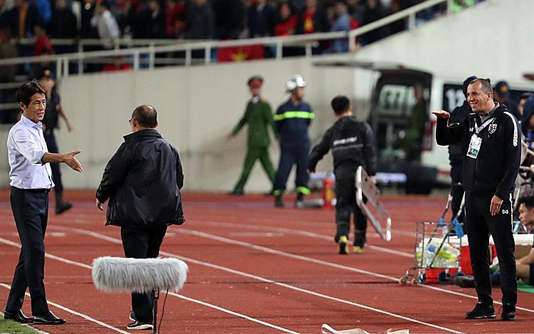 Sasa Todic mỉa mai HLV Park Hang-seo trên sân Mỹ Đình tối 19/11. Ảnh: Đức Đồng