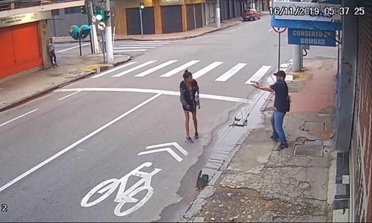 Cảnh dos Santos Leandro bị bắn trên đường phố Rio de Janeiro sáng 16/10. Ảnh: G1.