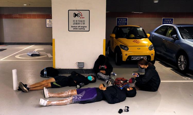 Người biểu tình ngủ dưới tầng hầm đỗ xe của Đại học Bách khoa Hong Kong hôm 20/11. Ảnh: Reuters.