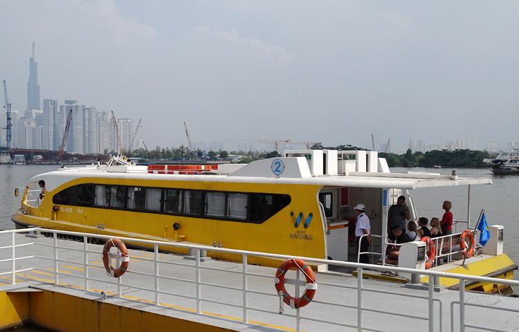 Tuyến buýt sông khởi hành từ bến Bạch Đằng. Ảnh: Hà An.