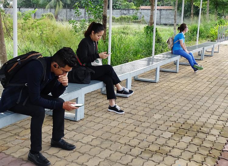 Hành khách chờ ở nhà ga Linh Đông để đi chuyến buýt sông lúc 7h sáng.
