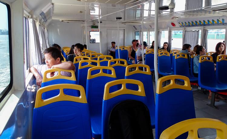 Các chuyến buýt sông thường thừa hơn nửa số ghế. Ảnh: Hà An.