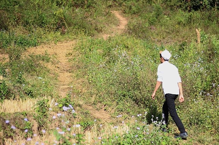 Thầy Hồng đi bộ, tìm học sinh đưa về trường. Ảnh: Thúy Quỳnh