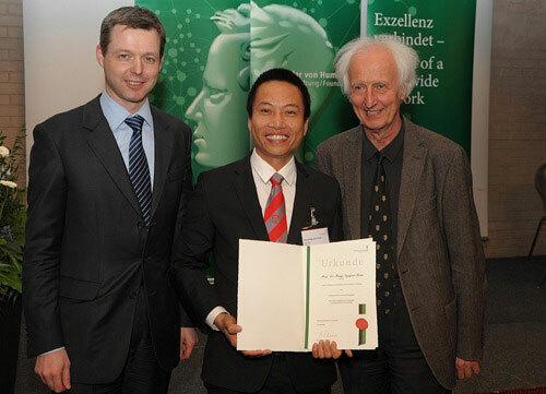PGS Nguyễn Xuân Hùng (giữa) nhận giải thưởng khoa học tại Đức. Ảnh: HUTECH.