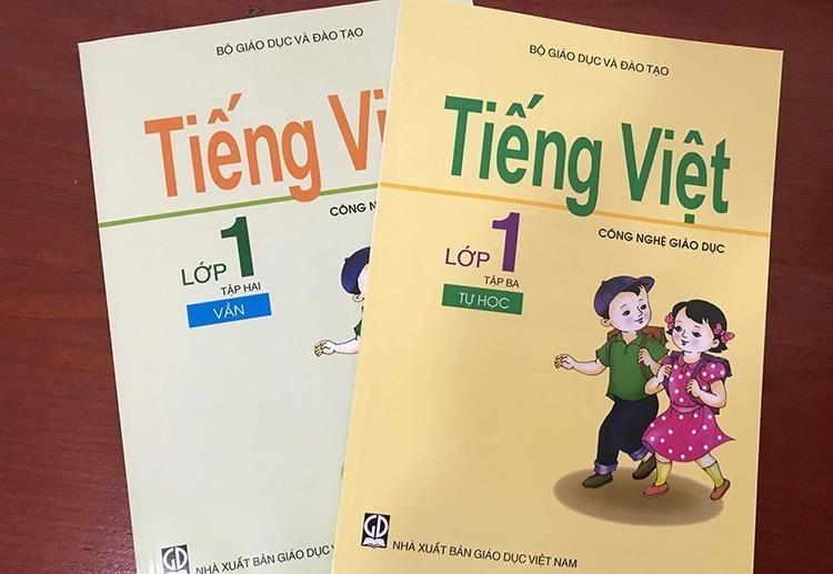 Hai trong ba tập sách Tiếng Việt Công nghệ giáo dục hiện hành. Ảnh: Dương Tâm
