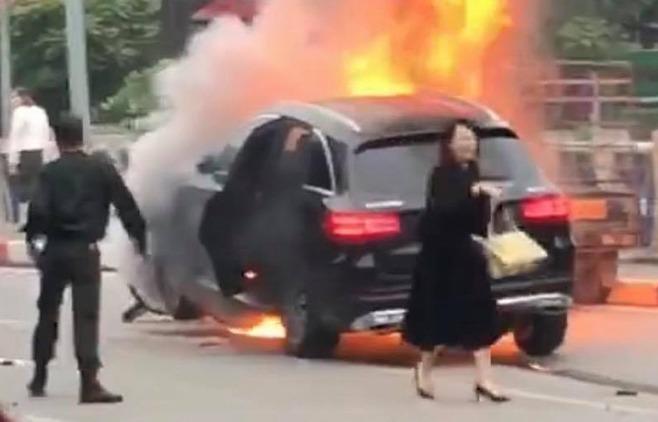Bà Thái rời khỏi ôtô sau khi xe bốc cháy. Ảnh: Cắt từ video.