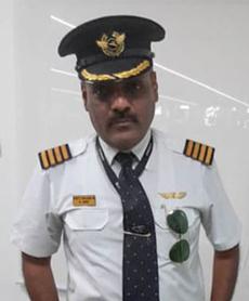 Rajan bị bắt giữ trong trang phục phi công. Ảnh: Delhi Police.