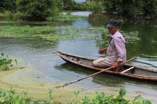 Người dân vớt cá chết do nước thải nhà máy tinh bột sắn xả. Ảnh:H.T