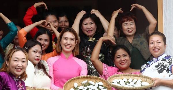Các cô dâu ngoại quốc làm bánh gạo cho ngày lễ Chuseok ở thành phốGongju, Hàn Quốc hồi tháng 9. Ảnh: Yonhap