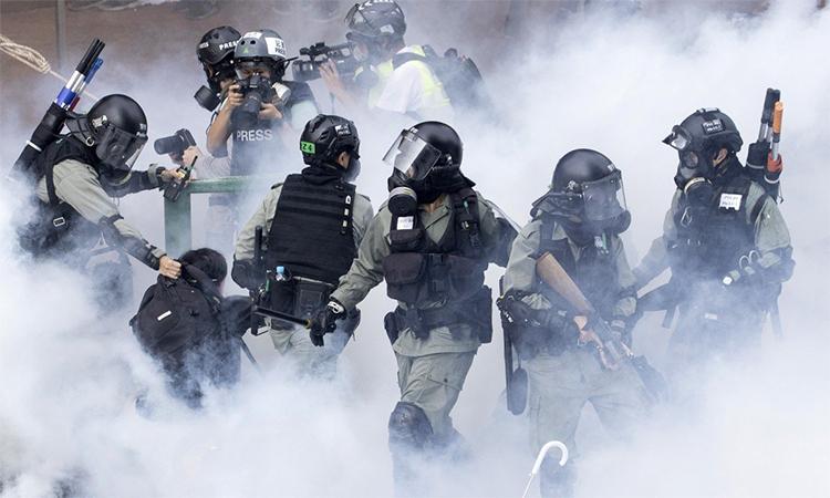 Cảnh sát chống bạo động bắt người biểu tình tại Đại học Bách khoa Hong Kong ngày 19/11. Ảnh: AP.