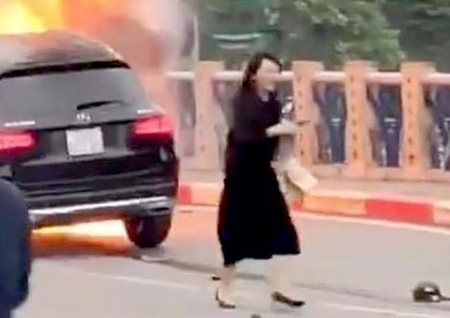 Tài xế Vũ Thị HồngThái rời khỏi ôtô sau khi xe bốc cháy. Ảnh: Cắt từ video.