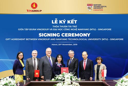 Tiến sĩ Lê Mai Lan, Phó Chủ tịch Tập đoàn Vingroup, Chủ tịch Dự án Đại học VinUni và Giáo sư Ling San, Hiệu trưởng NTU trao thỏa thuận tài trợ cấp học bổng cho thạc sĩ, tiến sĩ người Việt tại ĐH Công nghệ Nanyang.