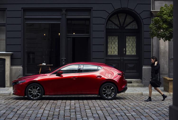 Màu đỏ đặc trưng của Mazda3 mới phù hợp cho người lái là nam giới lẫn nữ giới.