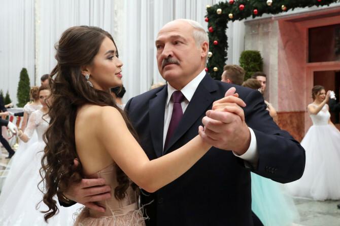Maria Vasilevich khiêu vũ với Tổng thống Lukashenko tại dạ tiệc năm mới. Ảnh: Sun