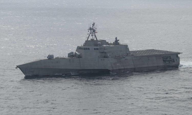Chiến hạm USS Gabrielle Giffords di chuyển trên Biển Đông hôm 18/11. Ảnh: US Navy.