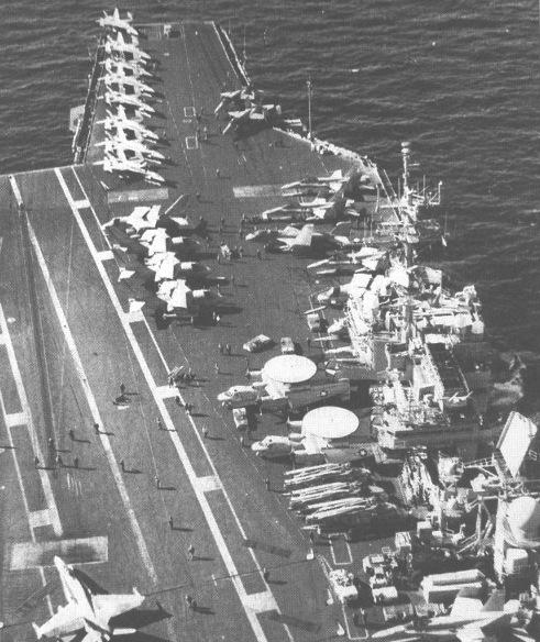 Boong tàu USS Kitty Hawk được phi công Nga chụp ngày 17/10/2000. Ảnh: USNI.
