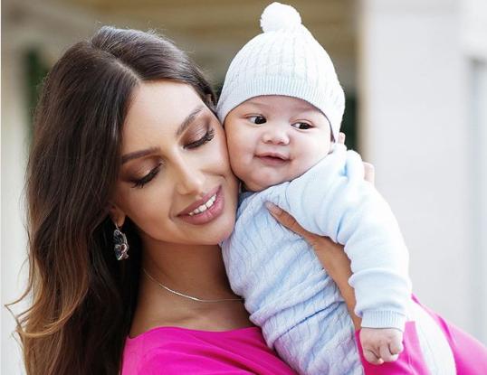 Oksana và con traiIsmail Leon. Ảnh: Instagram/Oksana Voevodina