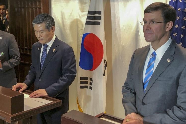 Mark Esper tuyên bố hoãn tập trận chung cùng người đồng cấp Hàn Quốc Jeong Kyeong-doo trong cuộc họp báo ở Bangkok hôm 17/11. Ảnh: AP.