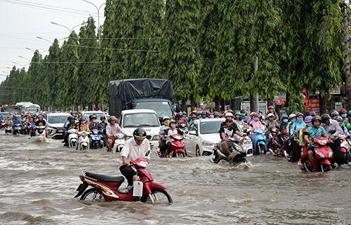 Đường Nguyễn Văn Cừ nối dài ở trung tâm TP Cần Thơ bị ngập sâu trong đợt triều cường cuối tháng 9. Ảnh: Cửu Long
