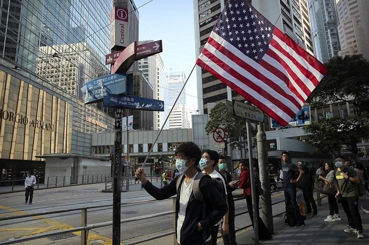 Người biểu tình Hong Kong cầm cờ Mỹ xuống đường hôm 20/11. Ảnh: AP.