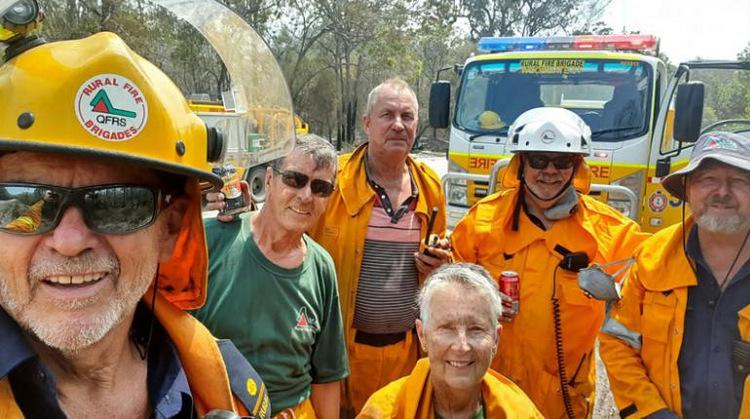 John Foster (trái) cùng các thành viên đội linh cứu hỏa tình nguyện Woodgate. Ảnh: ABC News.