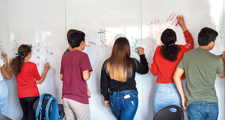Các học sinh tại trường Trung học High Tech đang cùng nhau giải quyết bài tập toán theo nhóm. Ảnh: Ilona Szwarc/ Telegraph