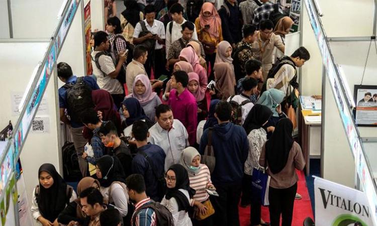 Người Indonesia tập trung tại một hội chợ việc làm ở  Surabaya hôm 10/9. Ảnh: AFP.