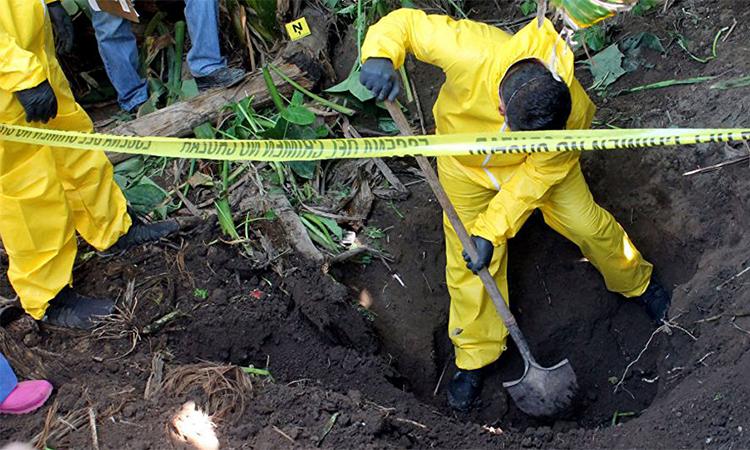 Cảnh sát khai quật một hố chôn tập thể ở bang Nayarit, miền tây Mexicotháng 1/2018. Ảnh: AP.