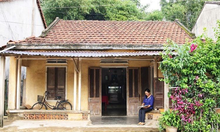 Bà Phong ở trong ngôi nhà cũ kỹ, đem hết tiền phúng điếu cha mẹ làm đường. Ảnh: Phạm Linh.