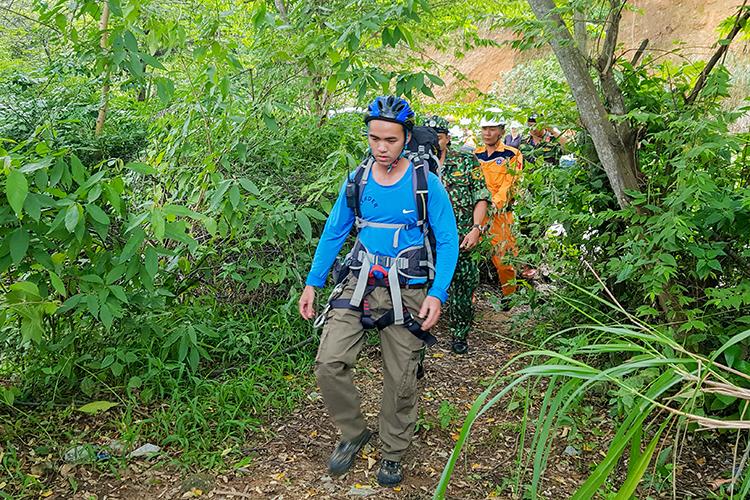 Lực lượng tìm kiếm băng rừng tìm kiếm ông Mallarky. Ảnh: Đ.X,.