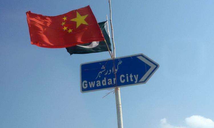 Cờ Trung Quốc vàcờ Pakistan treo trên tấm biển chỉ đường vào thành phố Gwadar, Pakistan, tháng 1/2016. Ảnh: Reuters.