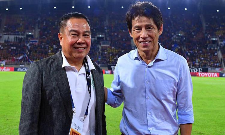 HLV Nishino (phải) bên cạnh Chủ tịch FAT Somyot. Ảnh: Changsuek.