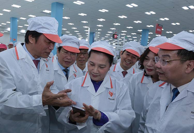 Chủ tịch Quốc hội Nguyễn Thị Kim Ngân cùng lãnh đạo các bộ ngành thăm tổ hợp nhà máy sản xuất thiết bị điện tử thông minh của Vigroup. Ảnh: Anh Tuấn.