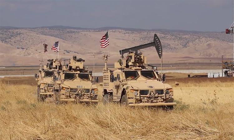 Thiết giáp Mỹ tuần tra tại giếng dầu thuộc tỉnh al-Hasakah, Syria ngày 3/10. Ảnh: RT.