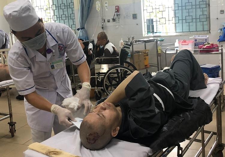 Bác sĩ Bệnh viện Đa khoa Quảng Ngãi cấp cứu một sự thầy bị chấn thương đầu. Ảnh: Phương Trần.