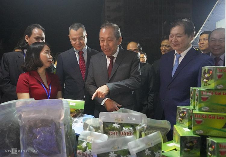 Phó Thủ tướng Trương Hòa Bình (thứ hai từ phải qua) cùng các đại biểu thăm gian hàngtối 24/11. Ảnh: Trần Hòa