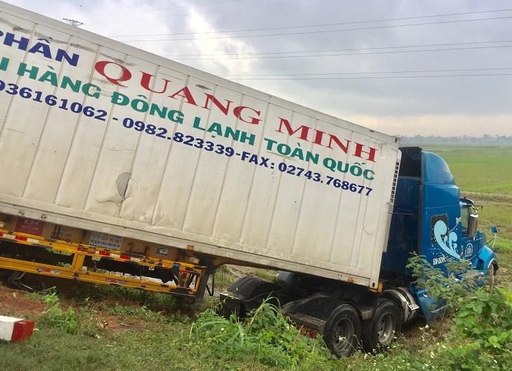 Xe đầu kéo container lao xuống ruộng tsau tai nạn. Ảnh: Phạm Linh.