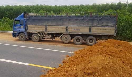 Ôtô biển số Quảng Nam cố tình băng qua hàng rào vào cao tốc chiều ngày 25/11. Ảnh: Nhật Linh