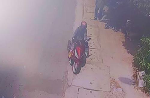 Nghi can đi xe máy chờ đồng phạm cướp tiệm vàng bị camera ghi lại. Ảnh: Camera tiệm vàng