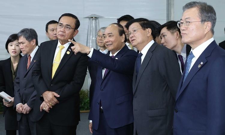 Thủ tướng Nguyễn Xuân Phúc (giữa) cùng lãnh đạo các nước dự lễ động thổ xây dựng thành phố thông minh Eco-Delta ở Busan ngày 24/11. Ảnh: Chinhphu.vn.